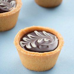 Bánh tart sô-cô-la phủ cơm dừa sấy (không cần lò nướng)