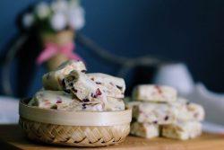 """Làm kẹo """"hạnh phúc""""  nougat biến tấu cùng đậu phộng và quả việt quất"""