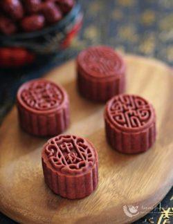 Bánh trung thu làm từ bột gạo men đỏ tuyệt đẹp