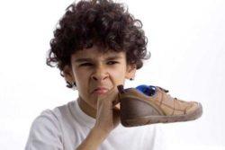 Cách khử mùi hôi chân để vô tư diện boots, giày