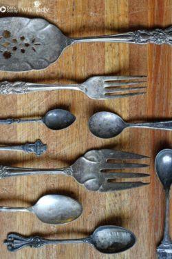Cách làm sạch đồ dùng bằng bạc với giấy nhôm và baking soda