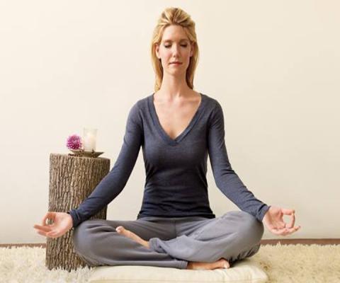 """""""Hơi thở chính là cây cầu kết nối sự sống và ý thức của con người. Khi gặp phải những chuyện buồn trong cuộc sống, hãy hít một hơi thật sâu, thở ra và cho qua mọi thứ. Để hạnh phúc trọn vẹn trong cuộc đời, nên học cách buông bỏ những lo lắng và phiền muộn"""", đó chính là lời giảng đầy ý nghĩa của thiền sư Thích Nhất Hạnh."""