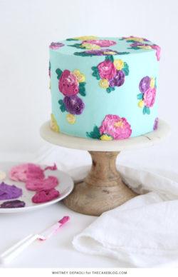 Trang trí hoa kem bơ tuyệt đẹp trên bánh với 1 chiếc bay