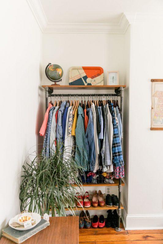 Sử dụng những tủ quần áo mở và tận dụng những góc nhỏ trong căn phòng