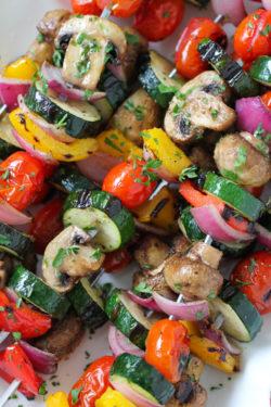 Cách làm rau củ và nấm xiên nướng – kebab rau củ