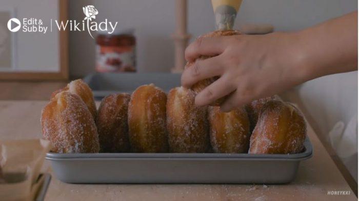 thêm nhân cho bánh donut custard vani