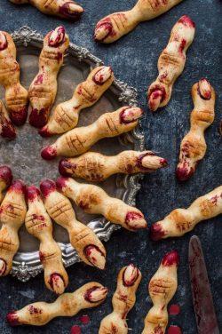 Bánh quy ngón tay phù thủy đẫm máu cho Halloween kinh dị