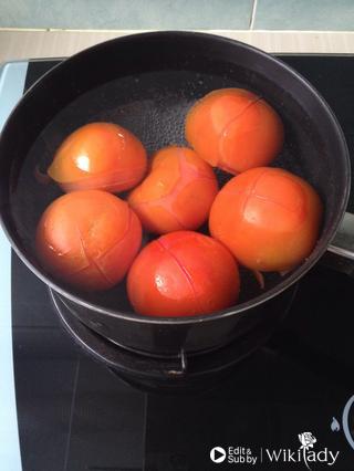 Luộc cà chua trong nước sôi