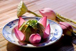 https://blog.wikilady.vn/com-ga-la-sen-mon-an-tinh-te-cung-dinh-hue-tu-lam-ngay-tai-can-bep-nho/