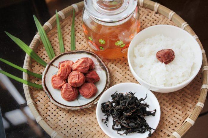 Cách làm món mơ muối lá tía tô kiểu Nhật