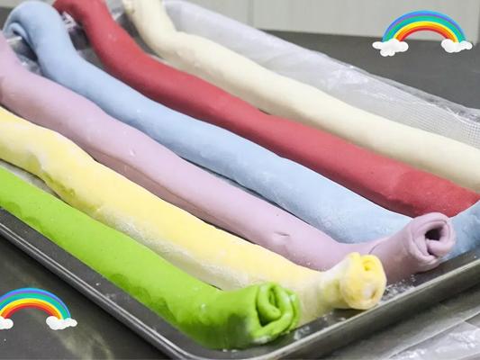 bột bánh tạo màu từ rau củ quả đã được nhào xong